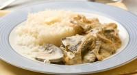 Тушкована в сметані печінка з рисом