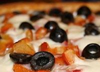 Сирна піца з шинкою і маслинами