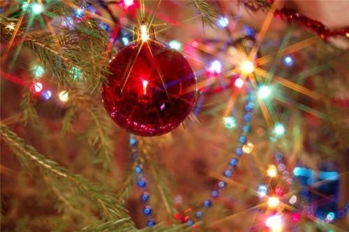 Прикрашаємо новорічну ялинку: кілька свіжих ідей