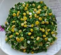 Весняний салат із зеленою цибулею, кукурудзою, рисом, сиром і грибами