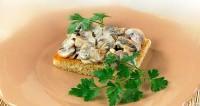 Закуска з грибів на хлібі