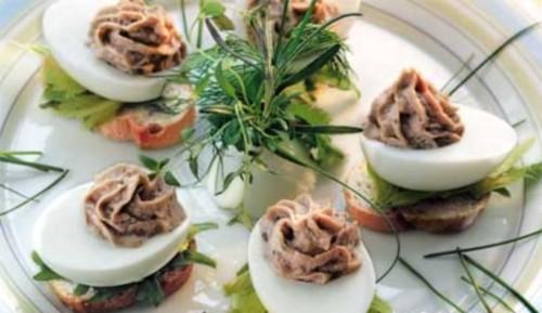Закуска з яєць, фаршированих тунцем в фісташках