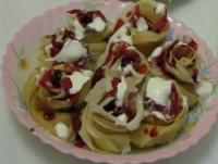 Закуска «Троянди» з млинців з варенням