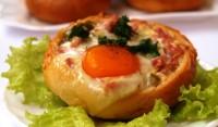Закусочні булочки з яйцем і шинкою