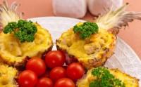 Запечені ананаси, фаршировані куркою
