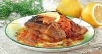Запечений короп з морквою і цибулею