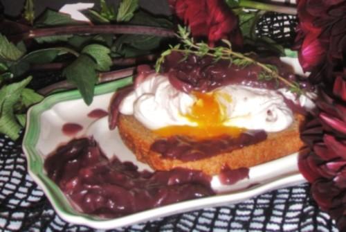 Сніданок по-французьки «Яйце з винним соусом»