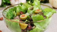 Зелений салат з квасолею і м'ясом